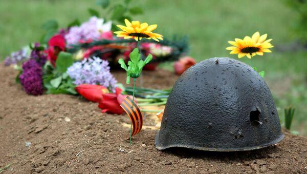 Kwiaty na grobie żołnierzy poległych w Wielkiej Wojnie Ojczyźnianej - Sputnik Polska