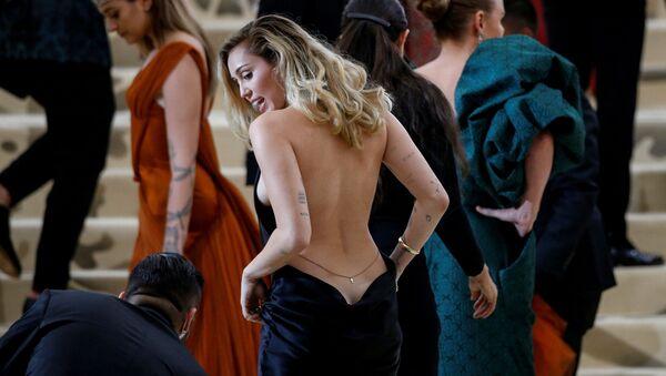 Piosenkarka Miley Cyrus na otwarciu Met Gala 2018 - Sputnik Polska