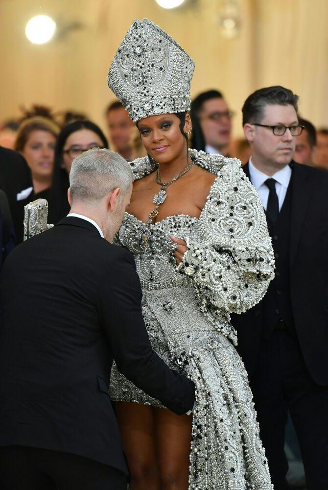 Piosenkarka Rihanna na otwarciu Met Gala 2018