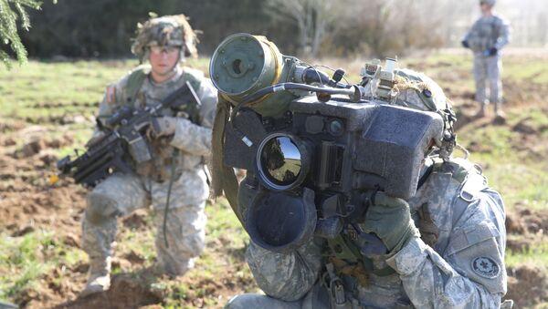 Amerykański żołnierz trzyma przenośny system rakiet przeciwpancerny Javelin - Sputnik Polska