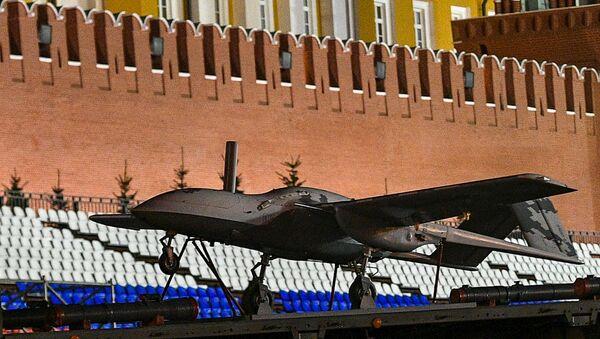 """Pierwszy w Rosji szturmowy samolot bezzałogowy """"Korsar"""" podczas przejazdu sprzętu wojskowego, który weźmie udział w paradzie wojskowej na Placu Czerwonym - Sputnik Polska"""