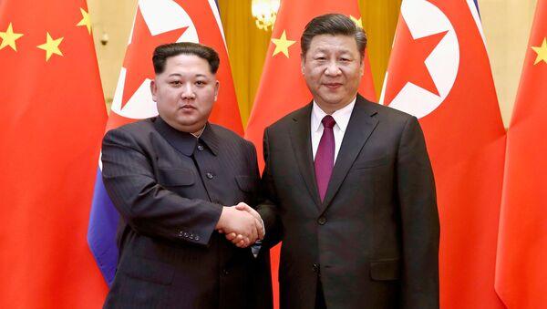 Przywódca KRLD Kim Dzong Un z prezydentem Chin Xi Jinpingiem. Zdjęcie archiwalne - Sputnik Polska