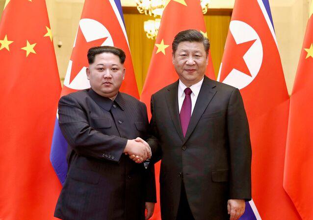 Przywódca KRLD Kim Dzong Un z prezydentem Chin Xi Jinpingiem. Zdjęcie archiwalne