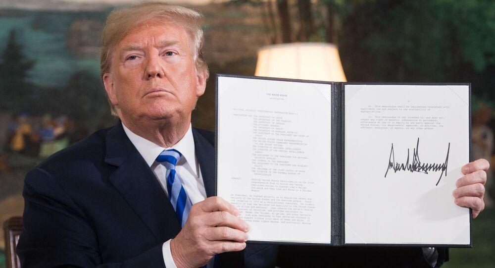 Prezydent USA Donald Trump z podpisanym dokumentem wznawiającym sankcje przeciwko Iranowi