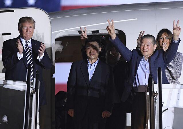 Prezydent USA Donald Trump z małżonką Melanią i ułaskawionymi przez KRLD Amerykanami