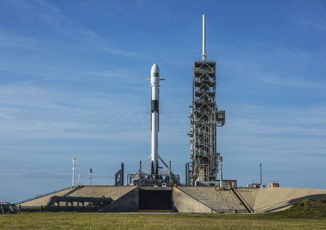 Rakieta nośna Falcon-9 firmy SpaceX w Centrum Kosmicznym im. Johna F. Kennedyego na przylądki Canaveral na Florydzie