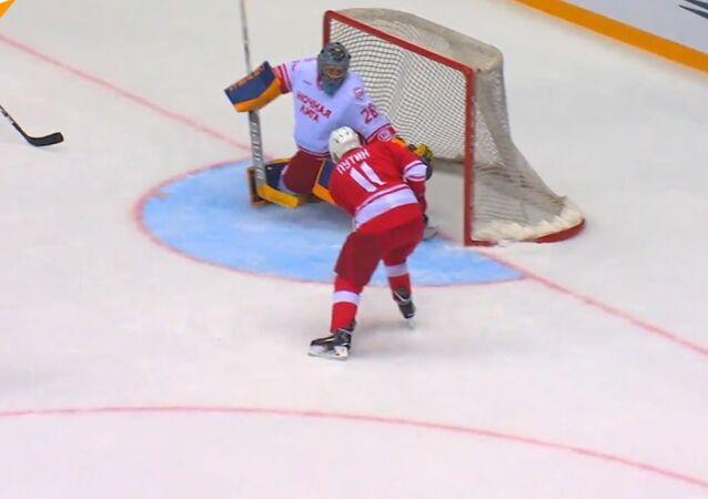 Putin gra w hokeja