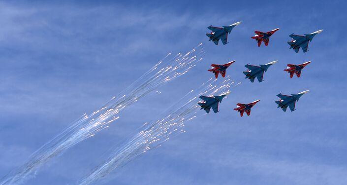 """Wielozadaniowe myśliwce Su-30SM grupy pilotażowej """"Russkije Witjazi"""" i MiG-29 grupy pilotażowej """"Striże"""" na defiladzie wojskowej z okazji 73. rocznicy Zwycięstwa w Wielkiej Wojnie Ojczyźnianej"""