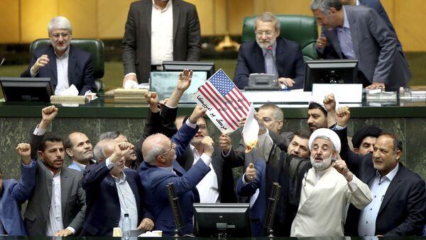 Parlament Iranu pali papiery z wizerunkiem amerykańskiej flagi i umowę nuklearną - Sputnik Polska