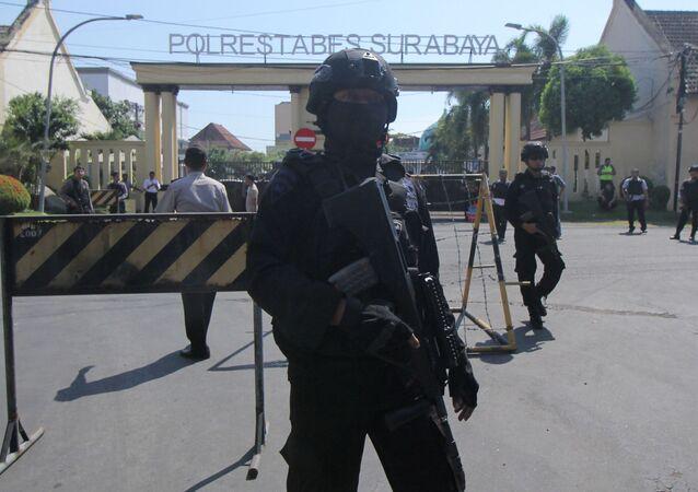 Miejsce eksplozji w pobliżu posterunku policji w drugim co do wielkości mieście Indonezji Surabaya