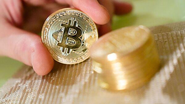 Monety pamiątkowe z logotypem bitcoina - Sputnik Polska