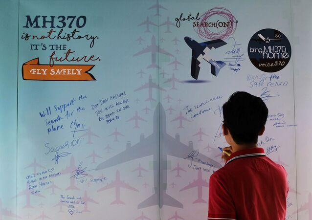 Mężczyzna pisze wyrazy współczucia podczas Dnia Pamięci o MH370, Malezja