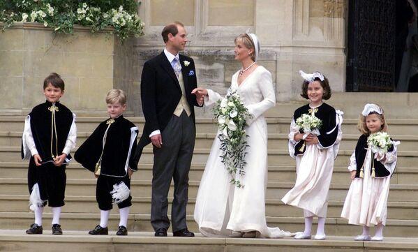 Młodszy syn królowej Elżbiety II książę Edward z żoną - Sputnik Polska