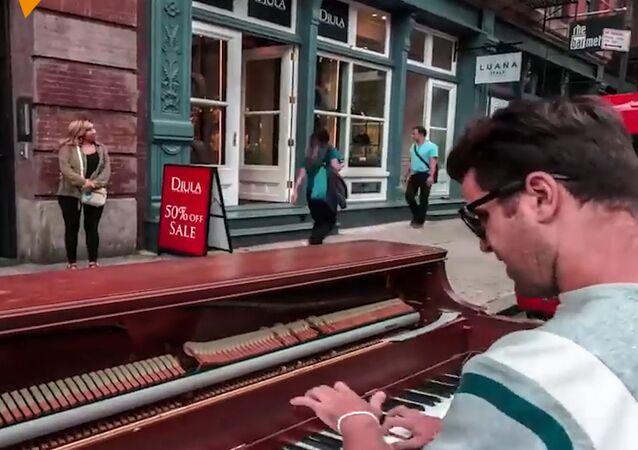 Chłopak, który podróżuje razem z pianinem