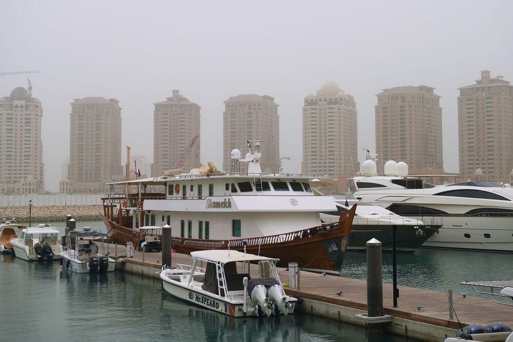 Jachty na brzegu sztucznego jeziora Perła Kataru w Doha
