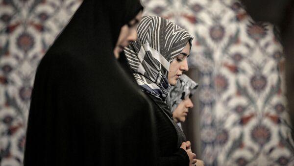 Kobiety podczas modlitwy w pierwszy dzień świętego miesiąca Ramadanu - Sputnik Polska