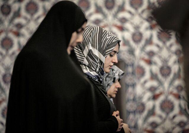 Kobiety podczas modlitwy w pierwszy dzień świętego miesiąca Ramadanu