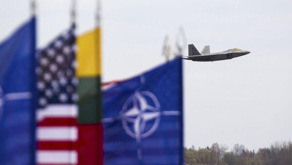Myśliwiec F-22 sił powietrznych USA w bazie lotniczej Šiauliai na Litwie - Sputnik Polska