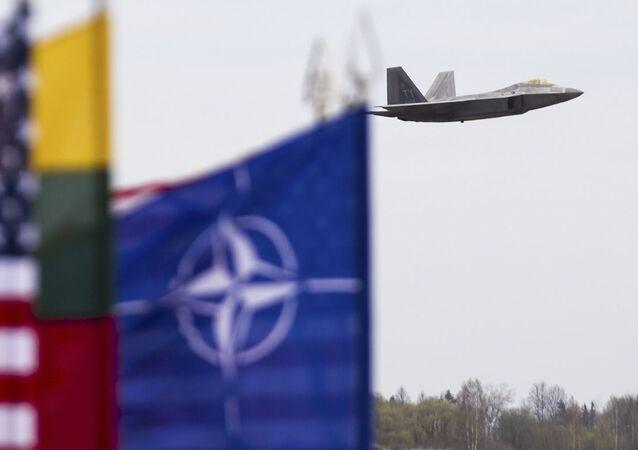 Myśliwiec F-22 sił powietrznych USA w bazie lotniczej Šiauliai na Litwie