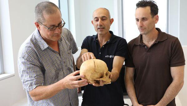 Profesor Boaz Zissu, doktor Jossi Nagar i doktor Haim Koen ze znalezioną w jaskini czaszką - Sputnik Polska