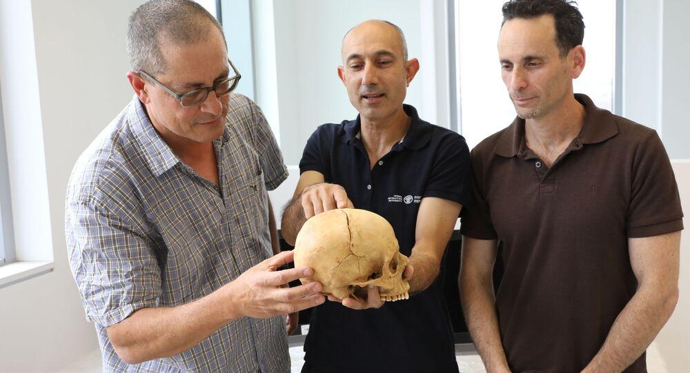 Profesor Boaz Zissu, doktor Jossi Nagar i doktor Haim Koen ze znalezioną w jaskini czaszką