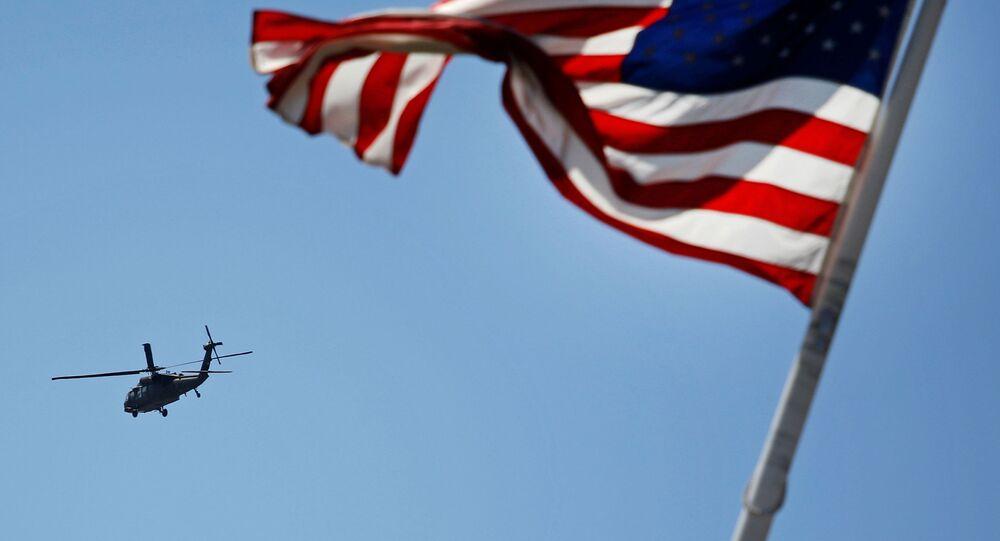 Amerykański helikopter na tle flagi USA