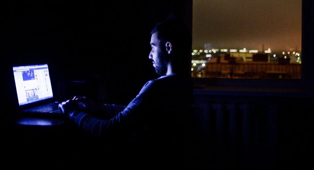 Mężczyzna w nocy przed komputerem