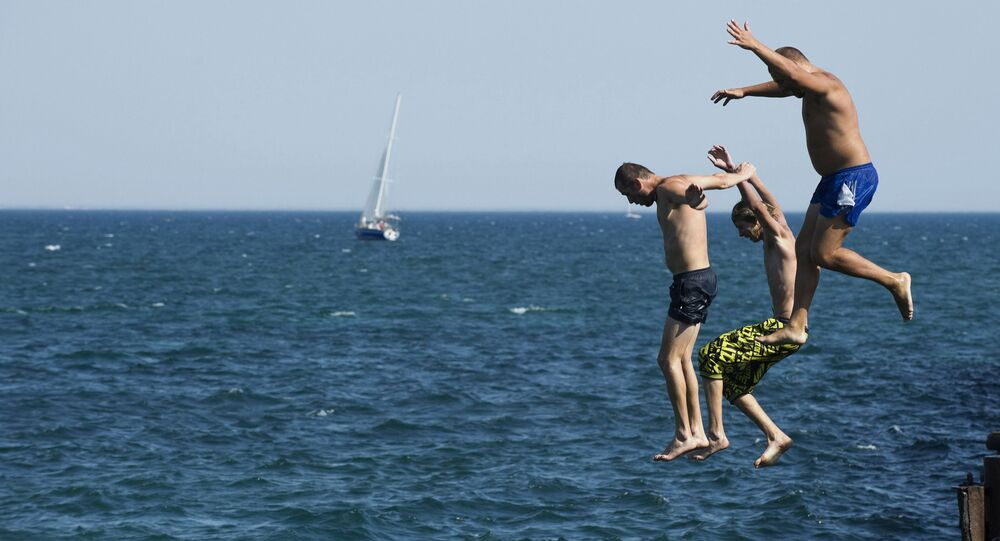 Mężczyźni skaczą do wody na Krymie