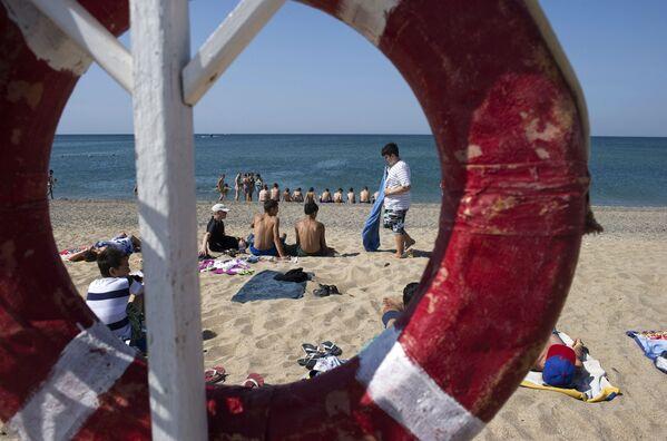 Urlopowicze na plaży morza Czarnego na Krymie - Sputnik Polska