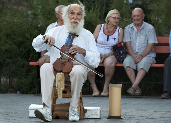 Muzyk gra na skrzypcach na nabrzerzu na Krymie - Sputnik Polska