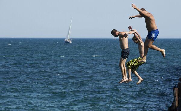 Mężczyźni skaczą do wody na Krymie - Sputnik Polska
