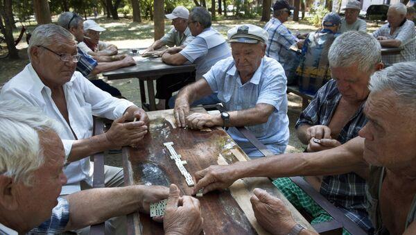 Emeryci grają w domino w parku w Eupatorii - Sputnik Polska