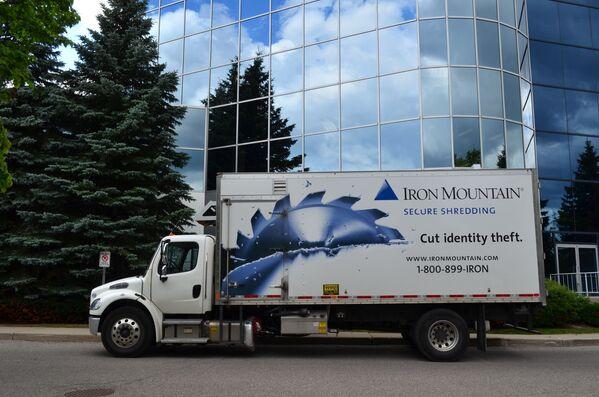 Ciężarówka z logo firmy Iron Mountain - Sputnik Polska