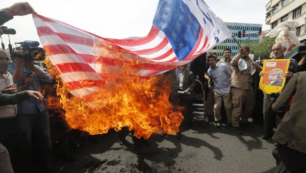 Irańczycy palą amerykańską flagę w Teheranie - Sputnik Polska