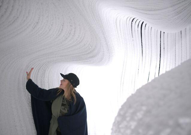 Jaskinia lodowa w parku Zarjadje