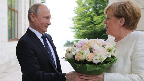 Władimir Putin wręczył bukiet kwiatów Angeli Merkel w Soczi - Sputnik Polska