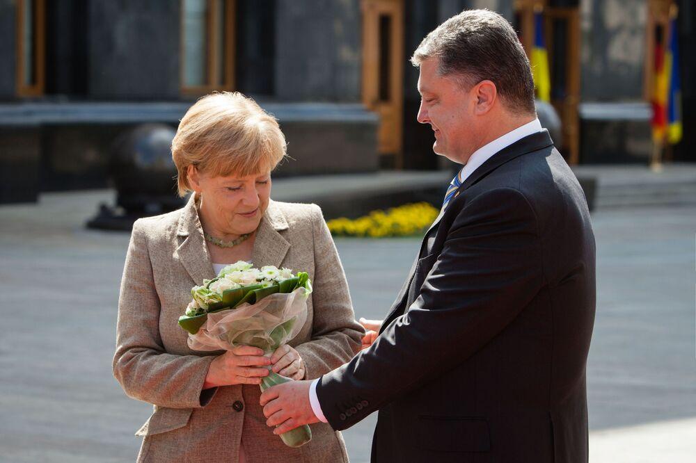 Petro Poroszenko wręczył bukiet kwiatów Angeli Merkel, Kijów 2014 rok