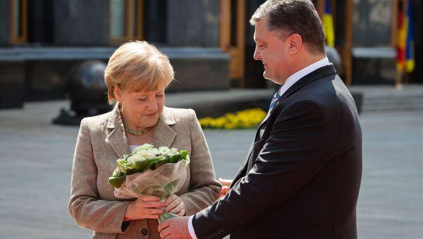 Petro Poroszenko wręczył bukiet kwiatów Angeli Merkel, Kijów 2014 rok - Sputnik Polska