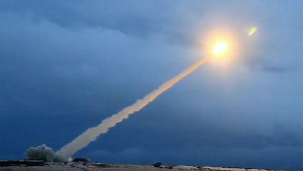 Demonstracja testu rosyjskiego pocisku manewrującego o nieograniczonym zasięgu z napędem atomowym podczas transmisji orędzia prezydenta Rosji Władimira Putina do Zgromadzenia Federalnego - Sputnik Polska