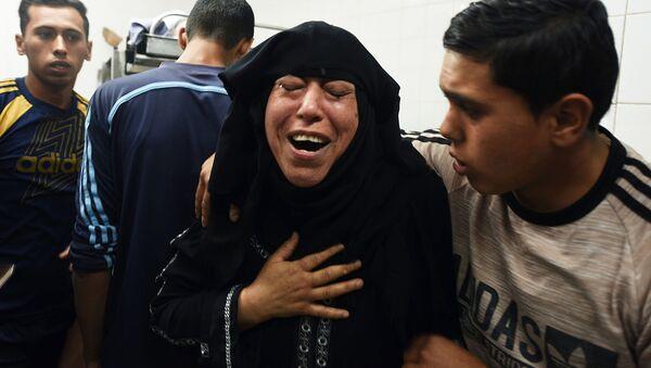 Krewni Palestyńczyków poszkodowanych w starciach z izraelskimi wojskowymi na granicy Strefy Gazy i Izraela - Sputnik Polska