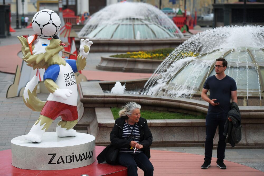 Figura Wilka Zabiwaki - maskotki piłkarskiej MŚ 2018 w piłce nożnej na Placu Maneżowym w Moskwie