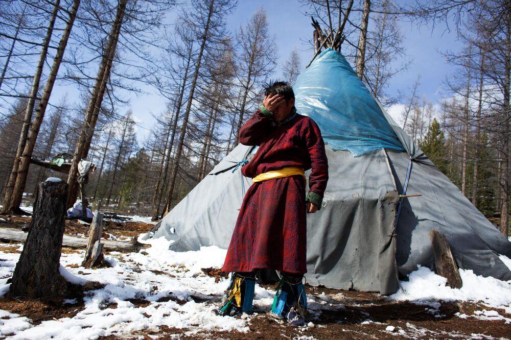 Szaman Kyzył-ool obok swojego namiotu po odprawieniu rytuału magicznego niedaleko od wsi Cagaannuur, Huvsgel, Mongolia