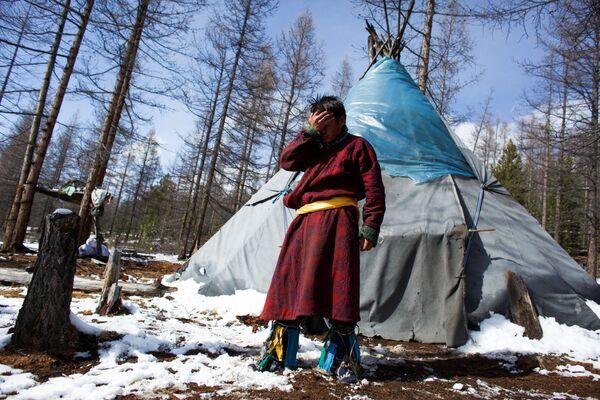 Szaman Kyzył-ool obok swojego namiotu po odprawieniu rytuału magicznego niedaleko od wsi Cagaannuur, Huvsgel, Mongolia - Sputnik Polska