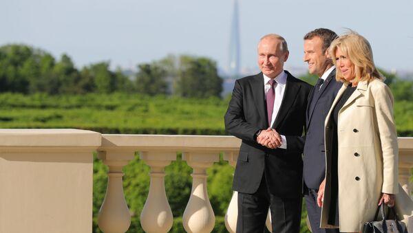 Prezydent Rosji Władimir Putin i prezydent Francji Emmanuel Macron z żoną Brigitte w czasie spotkania na marginesie forum w Petersburgu - Sputnik Polska