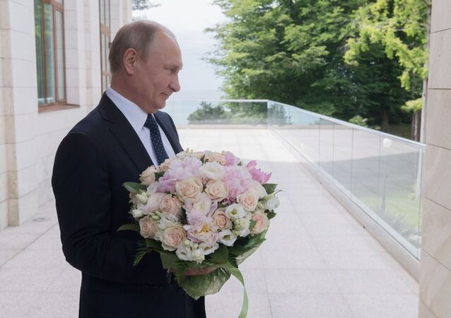 Putin z bukietem kwiatów