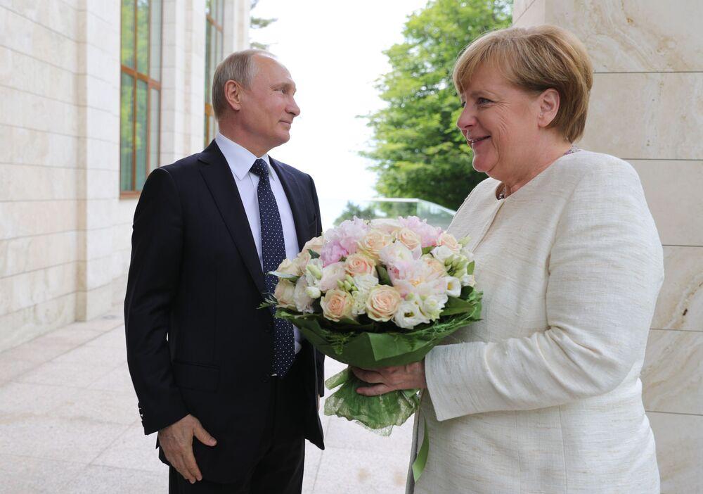 Prezydent Rosji Władimir Putin i kanclerz Niemiec Angela Merkel podczas spotkania w Soczi
