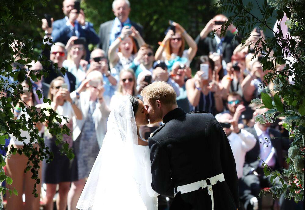 Pocałunek księcia Harry'ego i Megan Markle w kaplicy św. Jerzego w zamku Windsor po ceremonii ślubnej