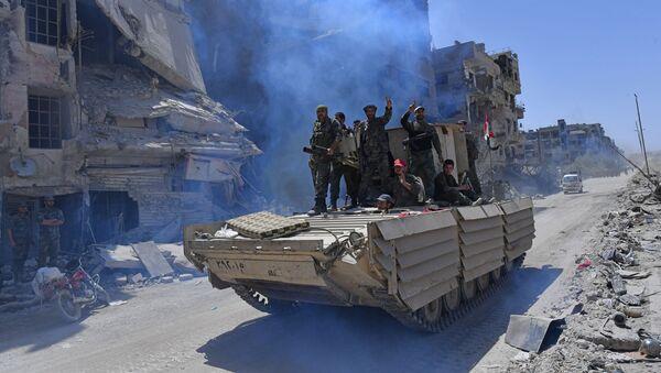 Syryjscy żołnierze armii na BMD-1 w wyzwolonym obozie uchodźców palestyńskich Jarmuk na południu Damaszku - Sputnik Polska