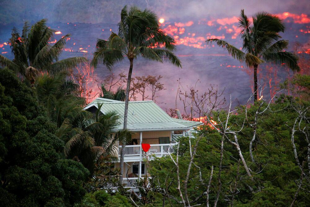 Lawa w pobliżu domu na obrzeżach Pahoa podczas trwających erupcji wulkanu Kilauea na Hawajach