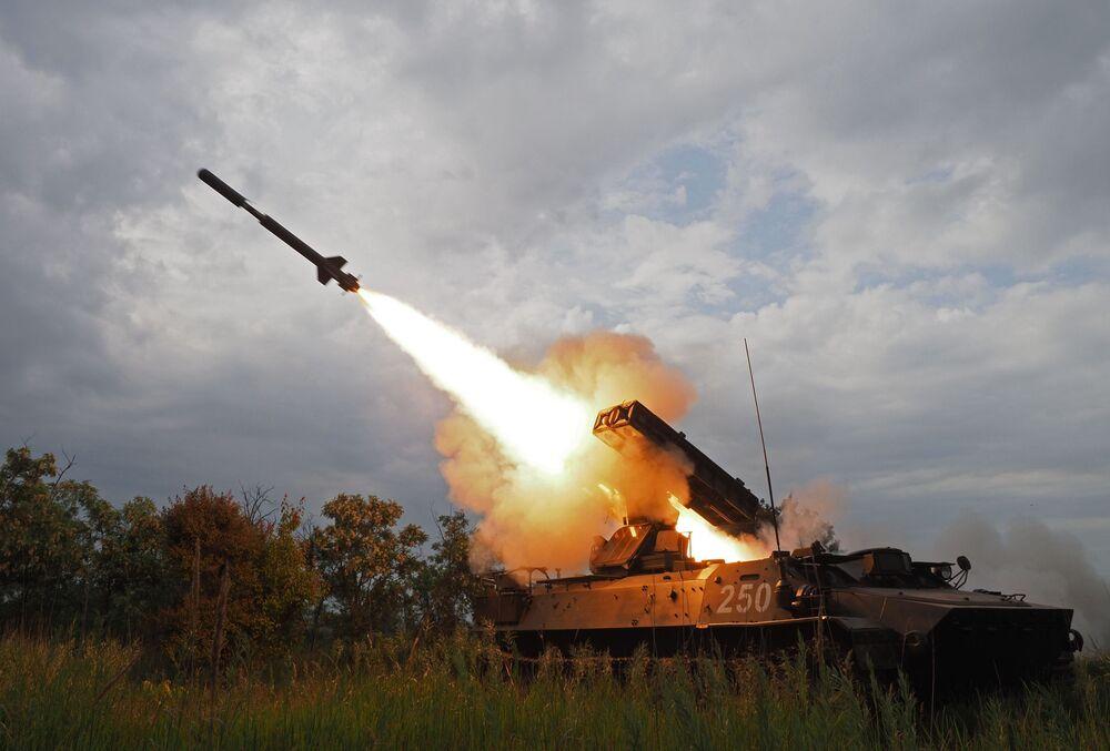 Strzelanie z systemu pocisków przeciwlotniczych Strieła-10 podczas zawodów wojskowych Czyste niebo 2018 w bazie Centrum Szkolenia Sił Powietrznych Wojsk Lądowych w Kraju Krasnodarskim